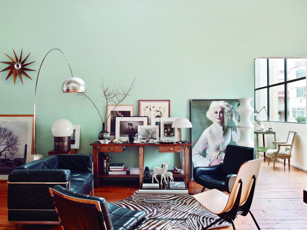 <p>En <i>black & white</i>, las lámparas y los muebles de diseño del salón se vuelven más cálidos gracias a la mesa años 60 y al suelo de pino. El sofá LC2 es un diseño de <strong>Le Corbusier</strong> para Cassina; la silla es de Jean Prouvé, y las butacas, de Oliver Mourgue y de Marco Zanuso. Al lado de la lámpara Arco, de Achille Castiglioni para Flos, reloj Turbine, de George Nelson para Vitra. Junto a la gran foto de Carmen Dell'Orefice, de Bèla y Salvador, imágenes de Sara Janini, Patty Nuñez o Beat Keller.</p>