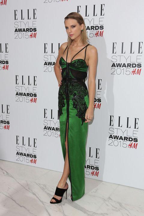 <p>Muy sensual <strong>Taylor Swift</strong> con este vestido verde de tirantes con encaje negro de <strong>Julien Macdonald</strong>, sandalias de <strong>Giuseppe Zanotti</strong> y joyas de <strong>Lorraine Schwartz</strong>.</p>