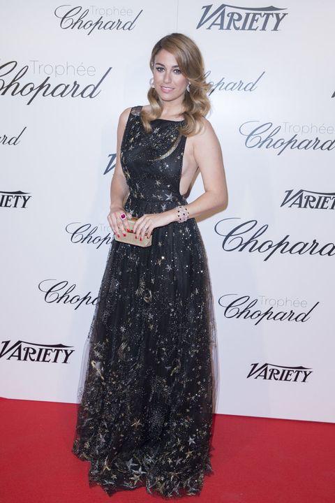 <p>Muy favorecida con el escote lateral de su vestido con print de estrellas durante una fiesta&nbsp;en Cannes.</p>