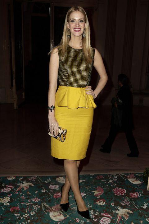 <p>La modelo <strong>Teresa Baca</strong> combinó amarillo y negro en un vestido con cuerpo estampado y detalle peplum. Le añadió unos salones básicos y un clutch de print de serpiente.&nbsp;</p>