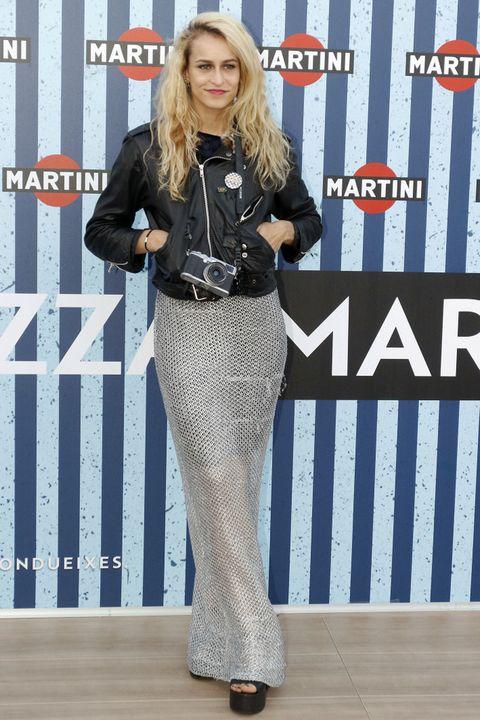 <p><strong>Alice Dellal</strong> combinó un vestido largo con una Perfecto y plataformas negras.</p>