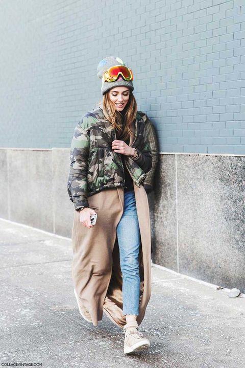 <p>La bloguera se atreve con una combinación explosiva: abrigo camel extra largo con bomber militar por encima. Eso sí, no todo en la vida supone tanto riesgo.</p>