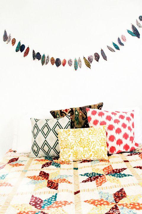 """<p>Nos encanta la idea de <a href=""""http://www.alisaburke.blogspot.com.es/2012/10/celebrate-fall.html"""" target=""""_blank"""">Alisa Burke</a>&nbsp;y su oda al otoño. Con su llegada, decide celebrarlo a golpe de pintura. Hojas con forma alargada e imaginación para darles personalidad con topos, rayas, <i>zig zag</i>&nbsp;y un sinfín de colores.</p><p>¿El siguiente paso? Coger un hilo de saco o de coco e ir colocando minuciosamente una por una cada con pegamento especial. ¿Lo mejor? Esta manualidad tiene infinitas vidas: como cabecero, sobre la chimenea, en una ventana, dando vida al jardín... ¿Con cuál te quedas?</p><p>&nbsp;</p>"""