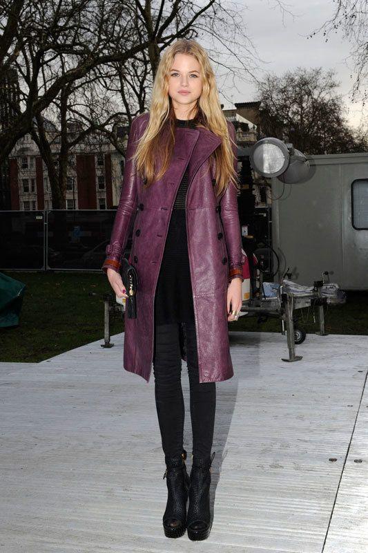 <p>Nos encanta el espectacular abrigo morado de cuero de esta modelo. ¡Un look de diez!</p>