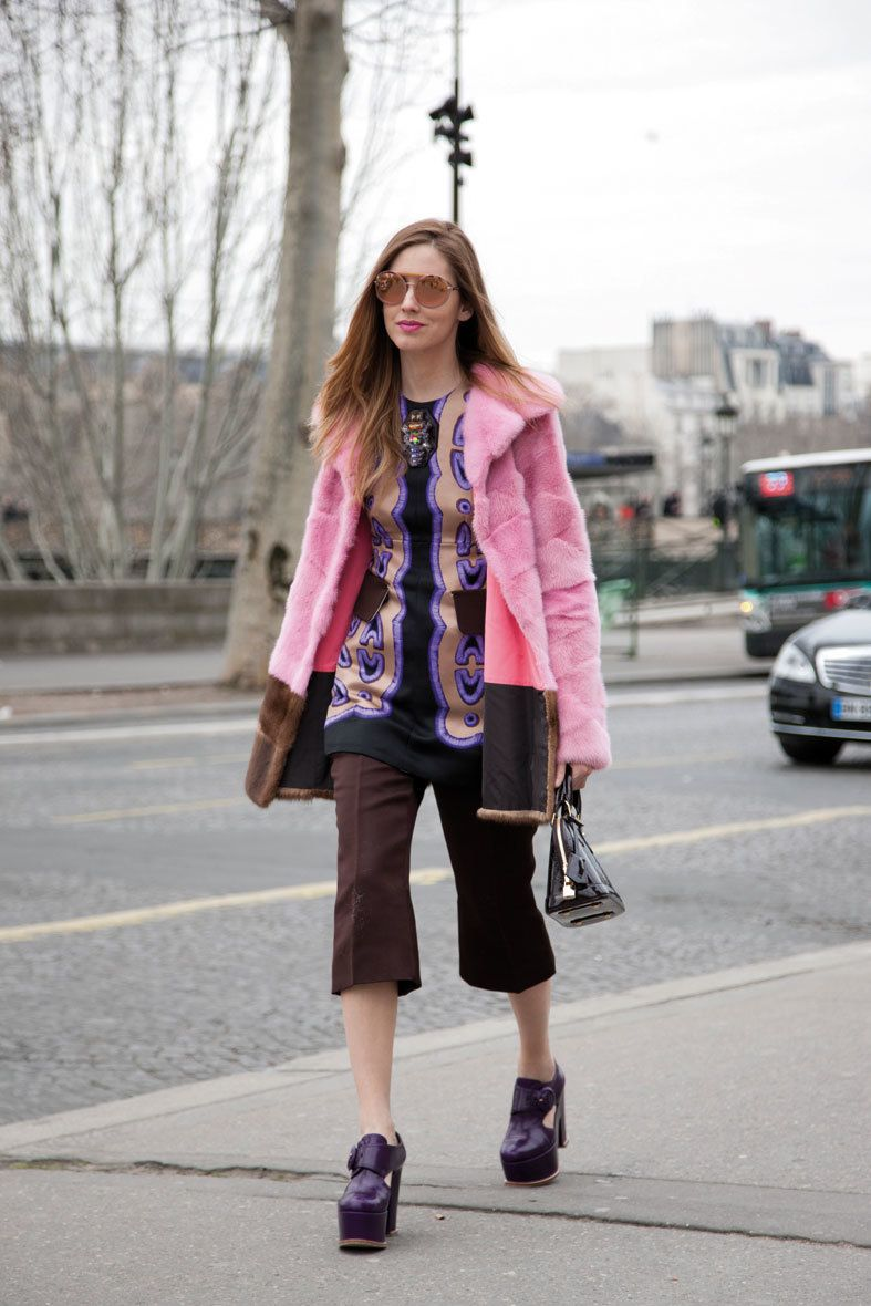 <p>Hippie-chic con este 'candy coat' en rosa chicle y conjunto retro. </p>