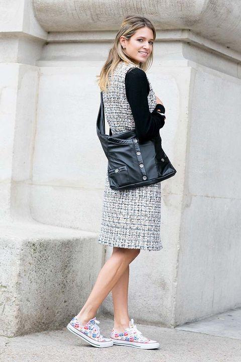 <p>De nuevo,&nbsp;<strong>Helena Bordon</strong> con un look triunfante de tweed firmado por&nbsp;<strong>Chanel</strong> para asistir al desfile de la firma, al que añadió un toque deportivo con las zapatillas.</p>