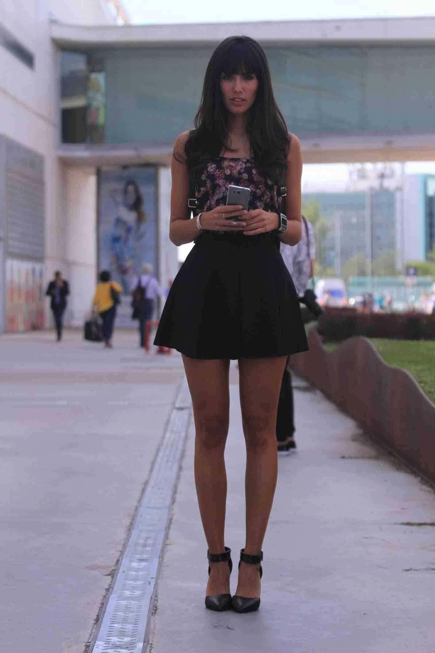 <p>Ana le da un twist al estampado de flores con una minifalda negra de Zara y un top de Bershka. Reinterpreta las tendencias de la temporada sin quemar la tarjeta de crédito. </p>