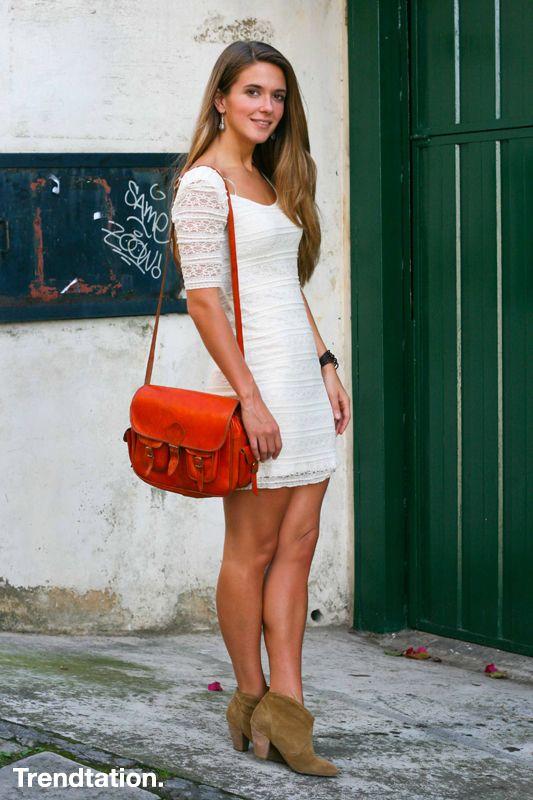 <p>Sin duda el mejor complemento de un vestido blanco es… ¡Un buen bronceado! Izortze combina el suyo de una forma sencilla y favorecedora, unos simples botines con algo de tacón, un toque de color en el bolso tipo bandolera, y lista para disfrutar de una tranquila tarde veraniega.</p>