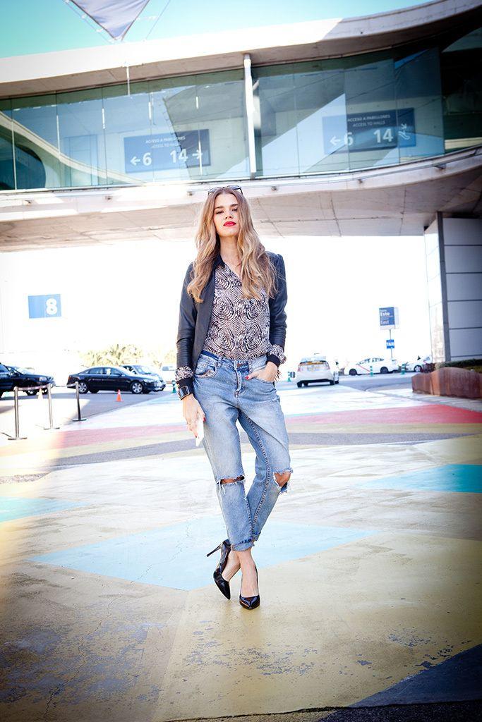 <p>Mirian hoy elige un look desenfadado pero siempre a la altura de una auténtica <i>working girl.</i>Pantalones estilo boyfriend, stilettos clásicos en negro, blusa estampada de seda y cazadora de cuero con flecos.</p>