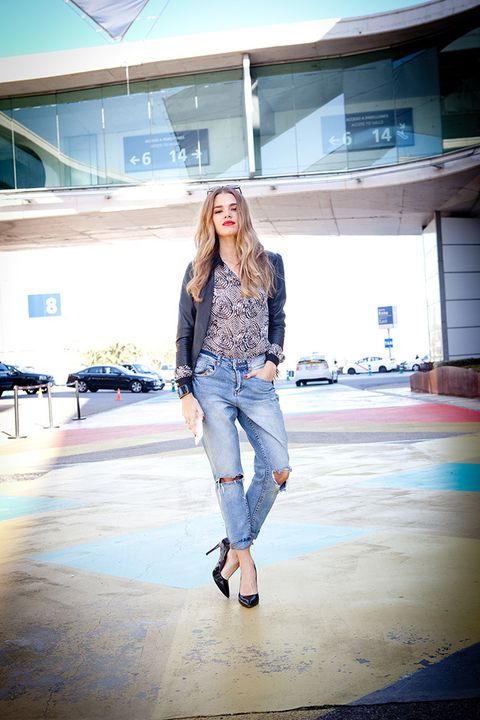<p>Mirian hoy elige un look desenfadado pero siempre a la altura de una auténtica <i>working girl.&nbsp;</i>Pantalones estilo boyfriend, stilettos clásicos en negro, blusa estampada de seda y cazadora de cuero con flecos.</p>
