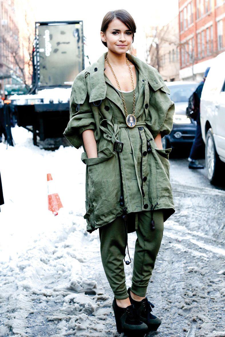 <p>Suoerposición de capas en un mismo tono de verde, empezando por el pantalón 'baggy', top largo y acabando con una parka abierta atada con un cinturón. </p>