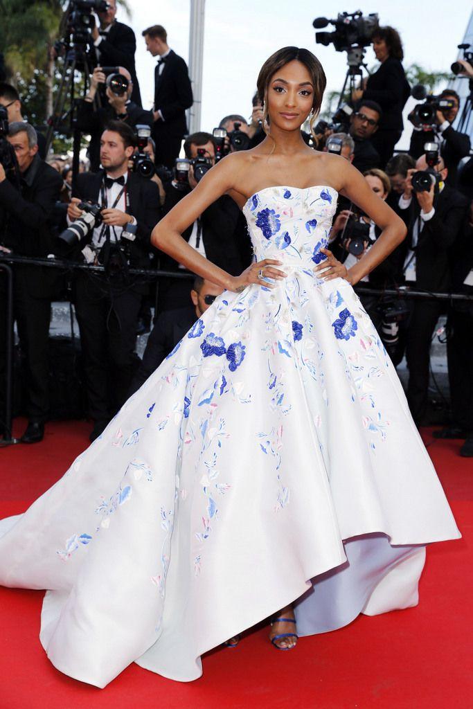 <p>Como una princesa llegó<strong> Jourdan Dunn</strong>a Cannes con este voluminoso vestido de escote palabra de honor en blanco con flores azules, obra también de <strong>Ralph & Russo</strong>.</p><p></p>