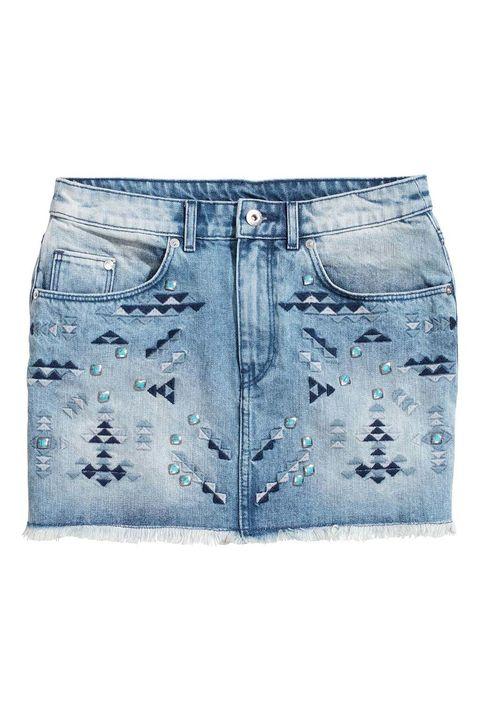 <p>Mini falda denim decorada con tachuelas y bajo deshilachado, de <strong>H&amp;M</strong> (12 €).</p>