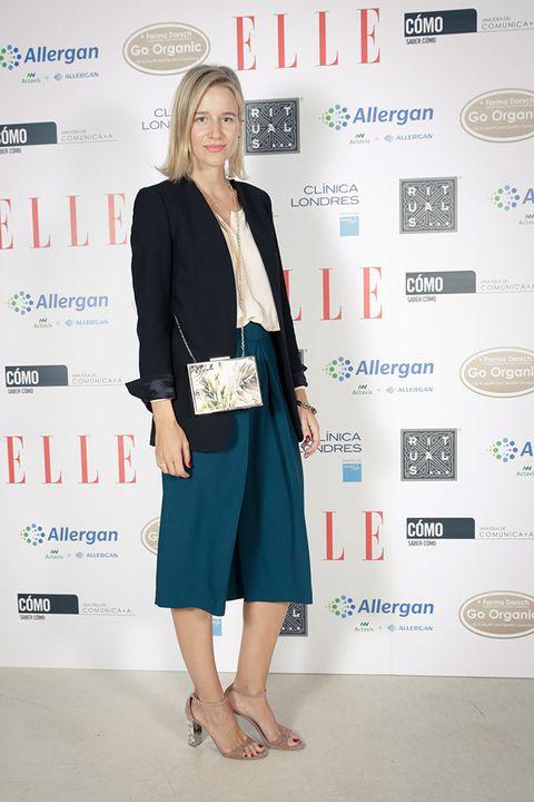 <p>La 'blogger'María León, perfecta con 'culottes' en color azul, americana y bolso-caja.</p>