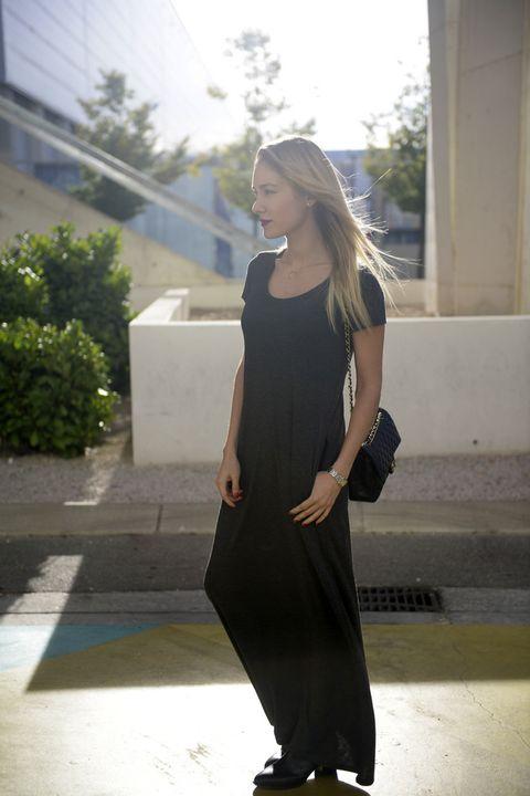 <p>La bloguera, <strong>Priscila Hernández</strong>, con un largo vestido jaspeado en tono gris, y dos de sus básicos: melena rubia al aire, y labios maquillados. ¡No hace falta más!</p>