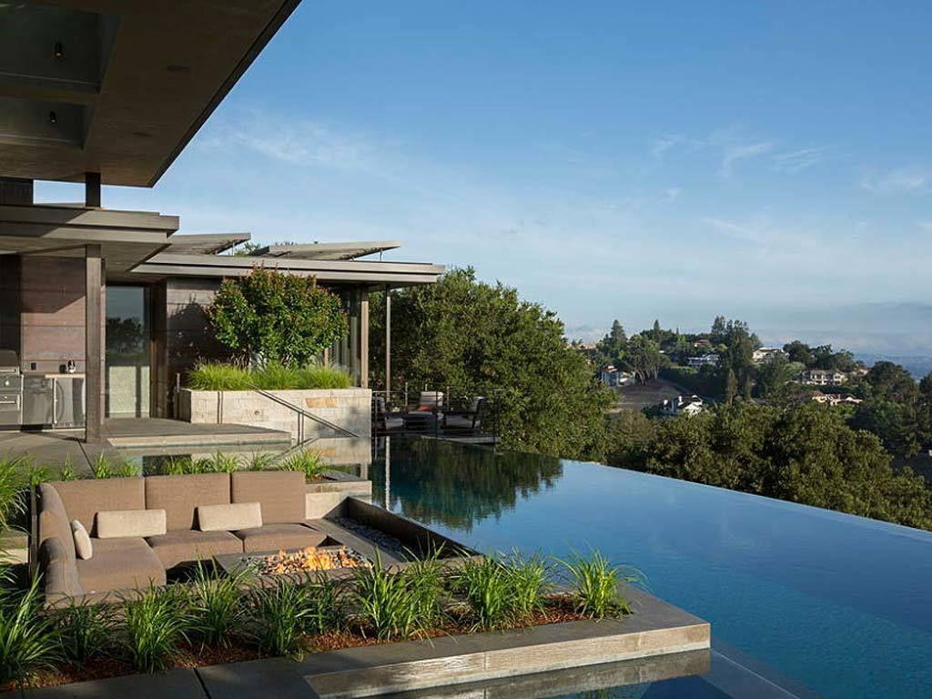 <p>Al borde de la piscina, un sofá en &quot&#x3B;L&quot&#x3B; es el aliado perfecto para disfrutar de un rato de relax.</p>