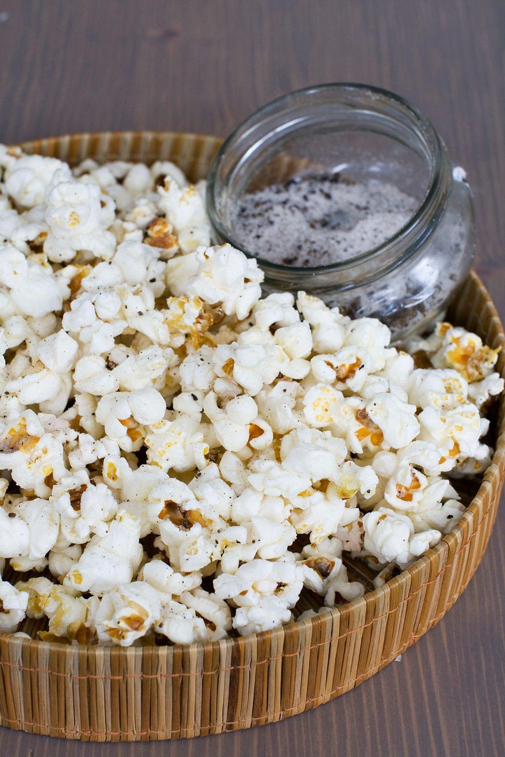 """<p>Si tuvieras que nombrar un alimento saludable, seguro que no pensarías en ellas... pero resulta que las <strong>palomitas de maíz </strong>tienen<strong> más polifenoles y antioxidantes que la mayoría de las frutas y vegetales</strong>, según un <a href=""""http://www.sciencedaily.com/releases/2012/03/120325173008.htm"""" target=""""_blank"""">estudio</a> de la Universidad de Scranton (Pensilvania). Además, es de los pocos granos que se consume entero al cien por cien, ya que la mayoría suelen estar refinados en mayor o menor medida. Esto es positivo porque la cáscara del maíz (esa parte marrón que siempre se queda entre los dientes) es, de hecho, la que tiene una mayor concentración de sustancias beneficiosas. Eso sí, sus bondades dependen en gran medida de cómo estén preparadas: si se les añade mantequilla, azúcar o demasiada sal, ya no estaremos ante un 'snack' tan beneficioso...</p>"""