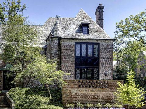 <p>Desde el exterior se pude ver la parte frontal de casa, construída en piedra.</p>