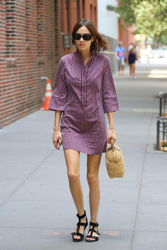 <p><strong>Alexa Chung</strong> nos deja este look de calle con un vestido camisero a rayas, sandalias planas negras y bolso cesto.</p>