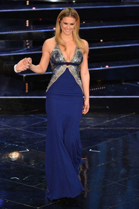 <p>Con raya en medio y la melena algo más lisa, <strong>Bar Refaeli</strong> oscurece el azul de su vestido y ajusta medidas. La pedrería que adorna los costados del vestido, simplemente, enamora.</p>