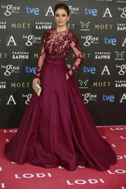 <p><strong>Blanca Suárez</strong> espectacular con un vestido joya en color berenjena con transparencias y detalles de strass de <strong>Zuhair Murad</strong>. Añadió a su outfit un clutch nacarado en blanco.&nbsp;</p>