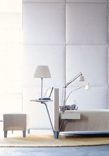 <p>De la firma italiana Cassina, el diseño de esta cama es de <strong>Philippe Starck</strong>, y su nombre, fiel reflejo de lo que representa: <strong>Sleepy Working Bed</strong> (SWB). Acolchada por todos sus lados, su estructura de aluminio lacado permite llevar en su interior todo el cableado necesario para instalar, tanto en el piecero como en el cabecero, accesorios para las luces y el portátil, desde 2.400 €. Un <strong>resultado original y exquisito</strong> </p>