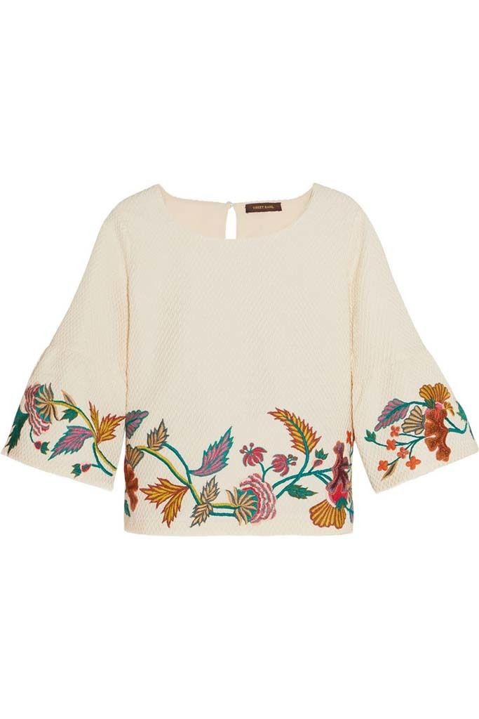 <p>Top blanco con bordado floral de <strong>Vineet Bahl.</strong></p>