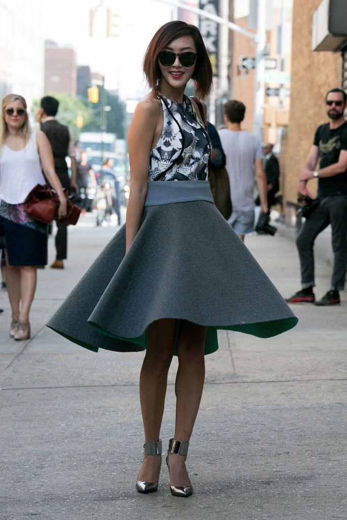 <p>Falda de fieltro acampanada, top floral y sandalias metalizadas. Un completísimo &quot&#x3B;total grey&quot&#x3B; perfecto para despedir el verano y dar la bienvenida al otoño.</p>