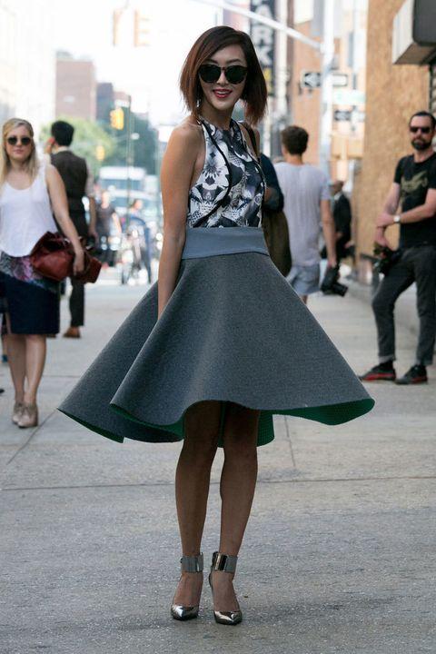 <p>Falda de fieltro acampanada, top floral y sandalias metalizadas. Un completísimo &quot;total grey&quot; perfecto para despedir el verano y dar la bienvenida al otoño.</p>