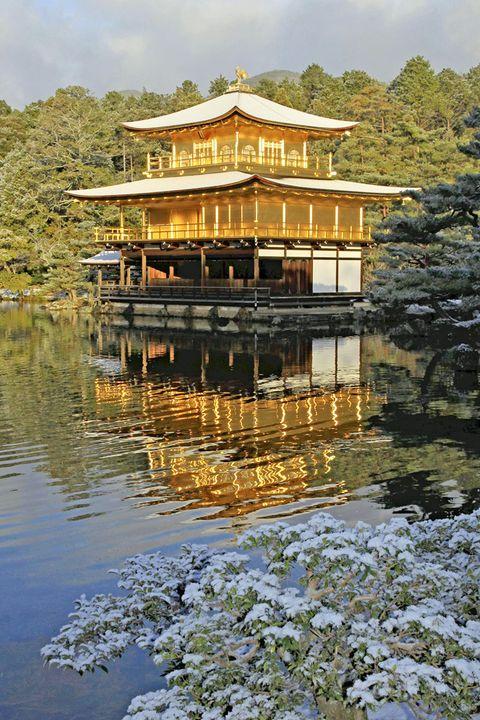 <p>Esta ciudad japonesa, antigua capital imperial, representa un contraste perfecto entre la tradición y la modernidad. Con miles de templos budistas y sintoístas, además de palacios y jardines, su patrimonio se encuentra en un inmejorable estado de conservación. El Templo del Pabellón Dorado, recubierto de hojas de oro puro, es uno de los más significativos, así como el Palacio Imperial de Kyoto. No dejes de visitar la zona de Gion, el legendario barrio donde se asientan desde hace siglos las <i>geishas</i>.</p>