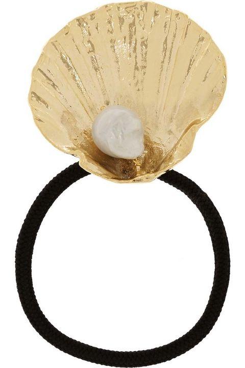 <p>Si vas a recoger tu pelo, hazlo con estilo. Coletero con concha de oro, de&nbsp;<strong>Rosantica.</strong></p>