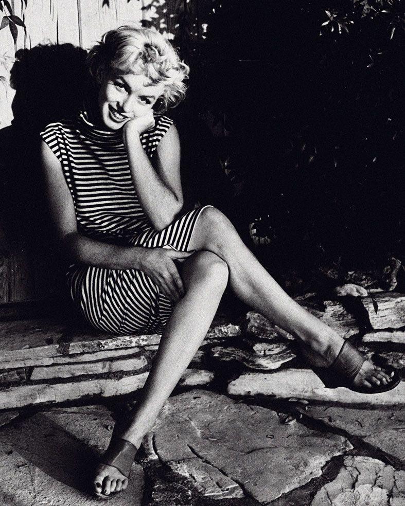 <p>Un look que podríamos llevar ahora, vestido navy, sandalias... Lo que nunca podremos emular es su natural belleza.</p>