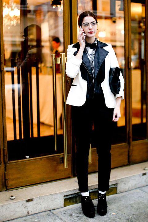 <p>Americana bicolor, pajarita, jeans total black, blusa de raya diplomática... Esta fashion del <i>street style</i> nos enseña todos los complementos para un look masculino 10.</p>