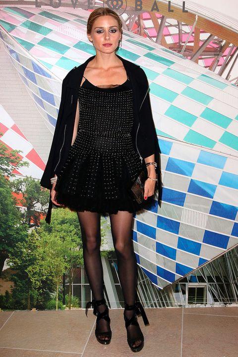 <p>Para asistir a la gala benéfica <strong>Love Ball</strong>, <strong>Olivia Palermo</strong> se decantó por un 'total black' compuesto por vestido mini con destellos, chaqueta, sandalias y medias.&nbsp;</p>
