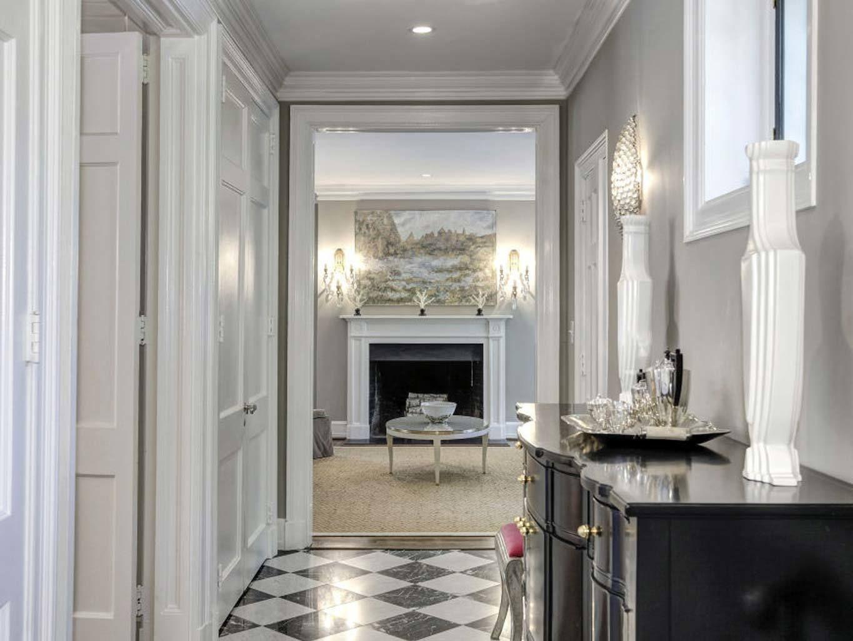 <p>El <i>hall </i>principal es un ambiente elegante con suelo de mármol blanco y negro.</p>