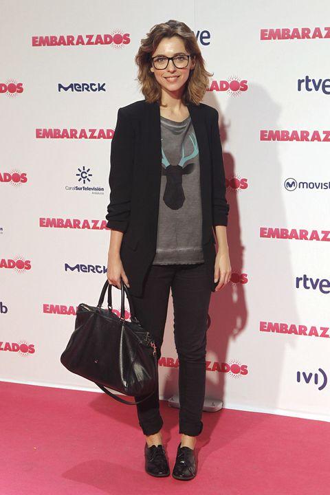 <p>Muy sport <strong>Leticia Dolera</strong> de negro con camiseta gris, zapatos masculinos y shopping bag.</p>