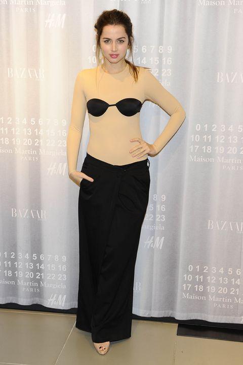 <p>La actriz <strong>Ana de Armas</strong> se atrevió con una de las propuestas más atrevidas de<strong> Maison Martin Margiela</strong> para <strong>H&amp;M</strong>.</p>
