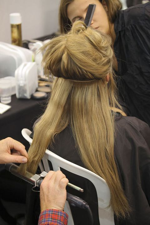 <p>Copia los peluqueros de <strong>Llongueras</strong> «Si quieres hacerte un brushing o un planchado impecable sin tener que pasar por las manos de tu peluquero, es fundamental ue utilices tecnología de alta calidad. La línea de secadores, planchas, tenacillas... Bellissima de Llongueras permite realizar diferentes peinados con gran facilidad. ¿Lo mejor? Que los resultados son profesionales».</p>