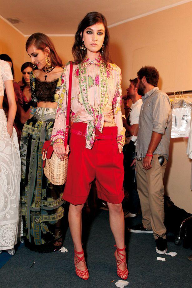 <p><strong>Emilio Pucci</strong> nos sugiere este look en colores vivos y pastel en el que destaca esta camisa de estampados bohemios en tonos pasteles y las bermudas rojas. Fijaros también en el bolso de mimbre. ¡Fantástico!</p>