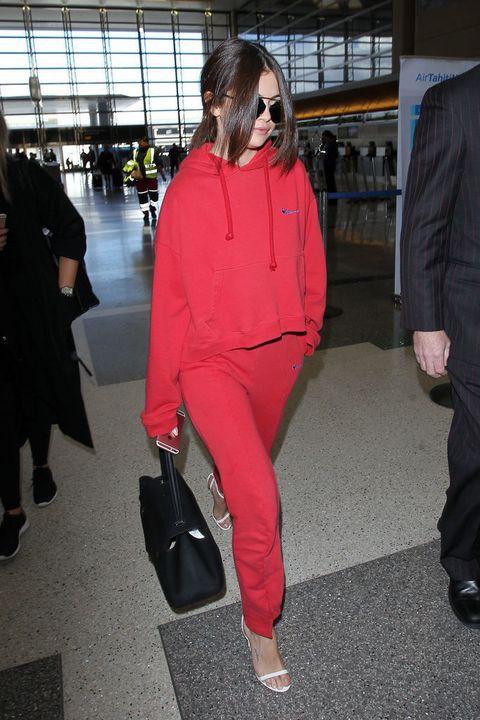 <p>Hace poco veíamos a <strong>Selena Gomez</strong> de esta guisa en el aeropuerto de Los Angeles: con un chándal rojo de <strong>Vêtements</strong> combinado con un par de sandalias blancas de tacón. Lo sentimos Selena, pero esto es un gran No como look para viajar.</p>