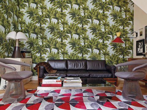 <p>Dícese de la unión de lo retro y lo tropical, que adquiere su máxima expresión en este salón parisino. El bosque de palmeras del papel pintado <i>Mauritius</i>, de Pierre Frey, nos traslada de un vistazo al frondoso Amazonas. En contraposición, diversas piezas <i>vintage</i>, como el sofá de cuero negro <i>Bastiano</i>, de Tobias Scarpa, y las sillas <i>Platner</i>, ambos editados por Knoll; la mesa de espejo, de Willy Rizzo, sobre una alfombra de Boussac, o la lámpara <i>Pipistrello</i>, de Gae Aulenti. El <i>charme</i> reinventado.&nbsp;</p><p> <strong>LA FÓRMULA PERFECTA</strong><br /> • <strong>Clásicos de autor.</strong> Los muebles y complementos de grandes creadores de los años 60 aportan gran personalidad al ambiente.<br /> • <strong>Juego de estampados.</strong> Árboles en todo su esplendor versus motivos geométricos con aire <i>sixties</i>. Un duelo de lujo en el que todos ganan.<br />•<strong> Mix de arte.</strong> Combinar obras de autores decimonónicos, como Helene Schjerfbeck, con artistas de hoy, como Kuntzel + Deygas, es lo más. &nbsp;</p><p>&nbsp;</p>