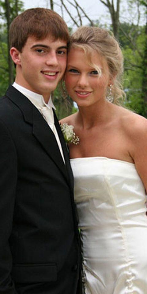 <p>Una dulce <strong>Taylor Swift</strong> posa con un tímida sonrisa junto a su acompañante.</p>
