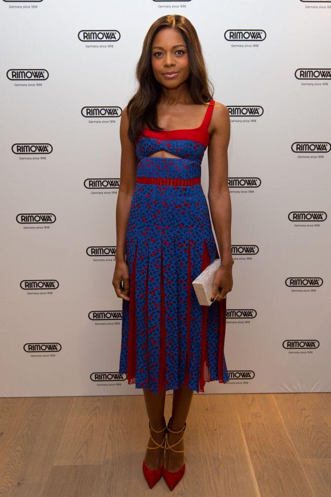 <p>Nos encanta el look de <strong>Naomie Harris</strong> con un vestido estampado en azul y rojo con detalle 'cut out'. Lo combinó con un clutch nacarado y salones de tiras bicolor.</p>