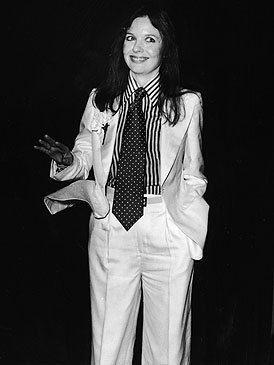 <p>La musa de Woody Allen hizo suyo el estilo <i>dandy</i>. Con trajes de chaqueta <i>oversize, </i>camisas y corbatas, la actriz de <i> Annie Hall</i> convirtió en femenino y sexy una prenda hasta el momento, 100% masculina.</p>