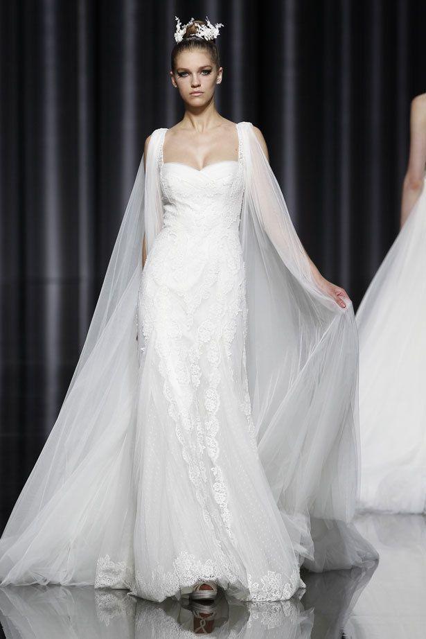 <p>Modelo &quot&#x3B;Eila&quot&#x3B; de <strong>Pronovias</strong>. Nos encanta la vaporosa capa que parte de los hombros, digna de cualquier princesa y el escote con forma de corazón, del que parte el encaje que recorre todo el cuerpo del vestido.</p>
