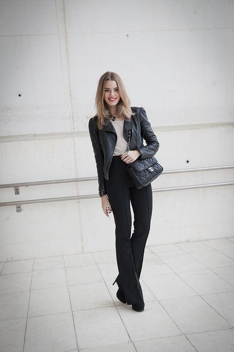 <p>Como buena <i>fashion insider</i>, Mirian es un buen ejemplo de tendencias. La primera jornada, se ha decantado por dar vida al binomio black&amp;white con pantalones palazzo de talle alto, top y biker, a juego con sus complementos, también en blanco y negro, entre los que se encuentran el clásico de Chanel, unos botines de tacón en negro y el modelo blanco de Samsung Galaxy A.</p>