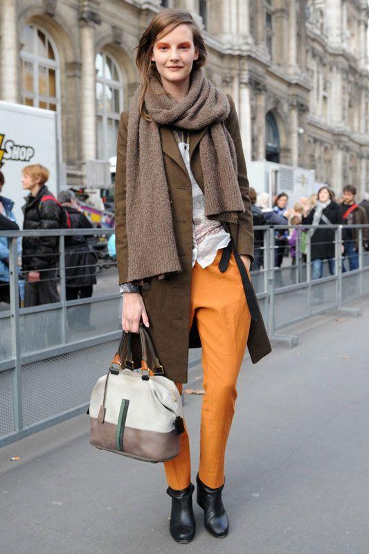 <p>Los pantalones de colores vuelven con fuerza esta temporada. ¿La opción más formal? Los pantalones de pinzas en colores vivos.</p>