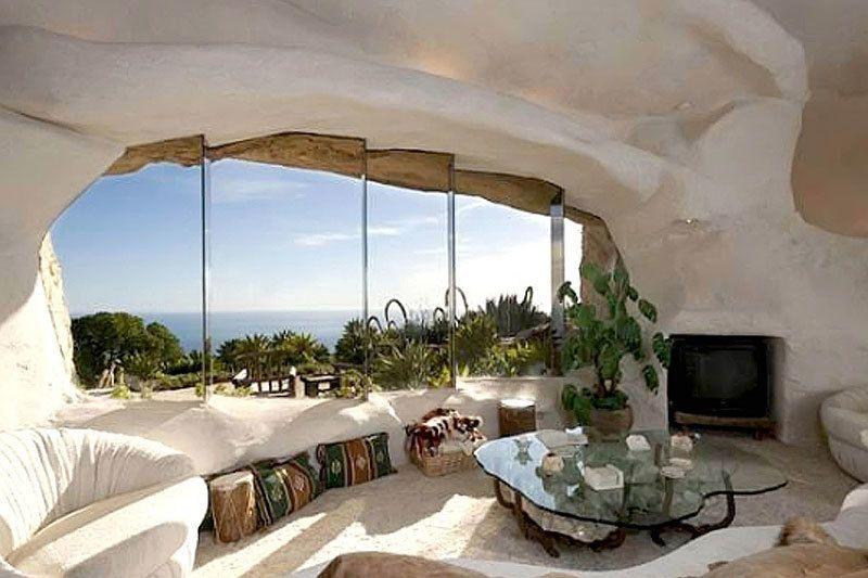 <p>Lo que más nos gusta de la casa (casi lo único) son sus impresionantes vistas. Toda la fachada tiene grandes cristaleras que permiten una visión de casi 360º sobre el Pacífico.</p>