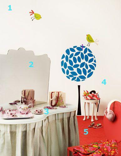 <p>1. Una pared pintada de blanco no es sinónimo de monotonía. Aún así, las <strong>pegatinas </strong>de la firma Caselio son perfectas para poner una nota de color y animación a las paredes, como este par de pájaros y el árbol con las ramas azules, 55,75 €. 2. El <strong>tocador,</strong> modelo Fripperies, es de madera con faldas fruncidas y un gran <strong>espejo,</strong> 190 €, en Habitat. 3. <strong>Bandeja rosa</strong> con motivos infantiles, 8,90 €, y <strong>juego de té</strong> coordinado con los mismos motivos, 27,50 €, en Sia. Un <strong>surtido de collares</strong> de bolas blancas y rojas y pulseras, desde 7,75 €/cu, de Accesorize. 4. <strong>Taburete infantil</strong> a juego y del mismo modelo que el tocador, 29 €, en Habitat. 5. <strong>Coqueta silla roja</strong> con el respaldo ovalado, 120 €, en Yes Kids.</p>