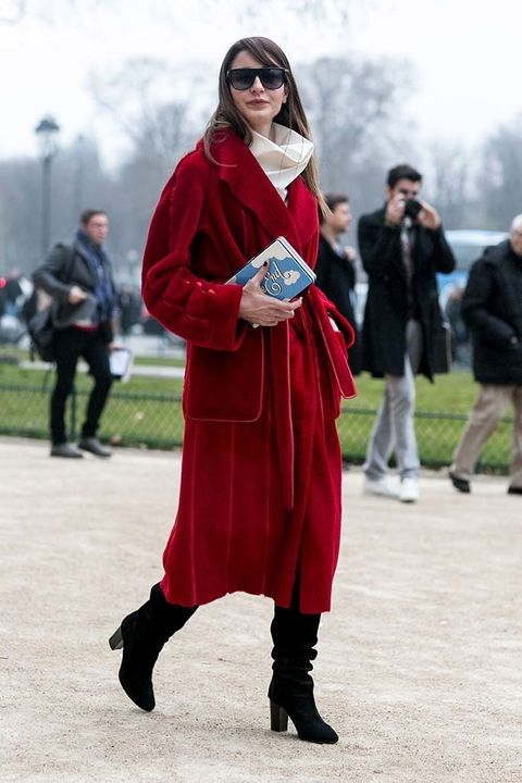 <p>Esta asistente nos encanta por el divertido toque en su clutch que reza 'The End', en el penúltimo día de la Semana de la Moda parisina.</p>